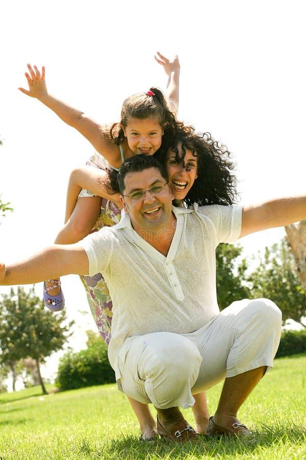 Familia feliz que se divierte al aire libre foto de archivo libre de regalías