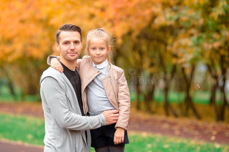 Familia feliz que se divierte en día hermoso del otoño imágenes de archivo libres de regalías