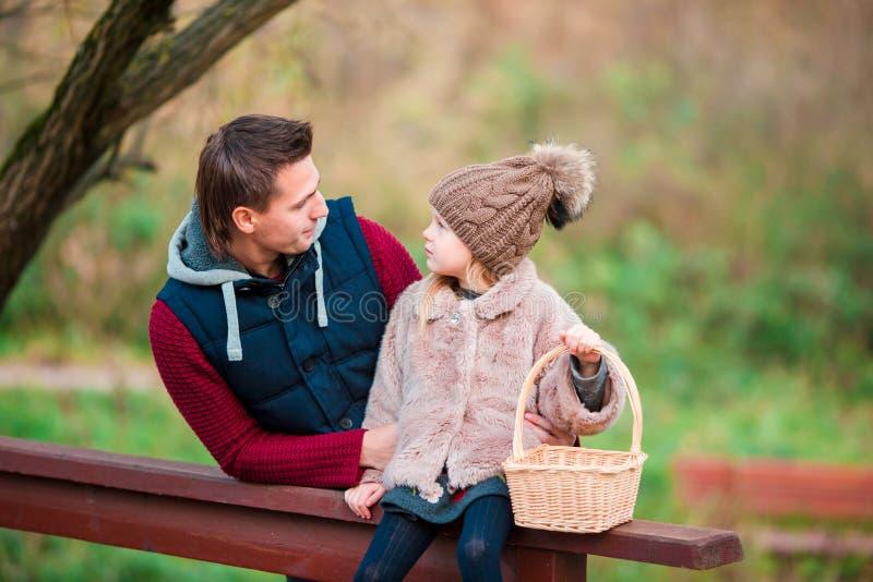 Familia feliz que se divierte en día hermoso del otoño imagen de archivo libre de regalías