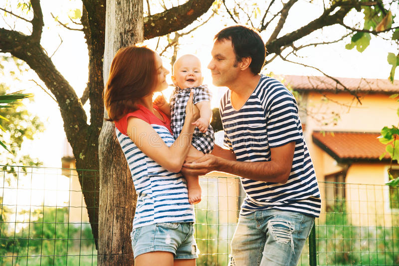Familia feliz que se divierte y que ríe en la naturaleza fotos de archivo