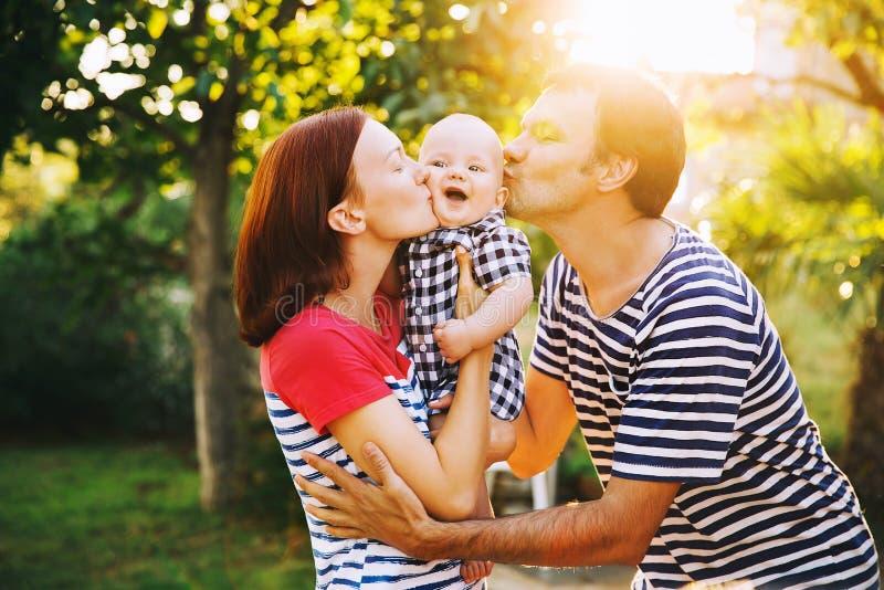 Familia feliz que se divierte y que ríe en la naturaleza foto de archivo