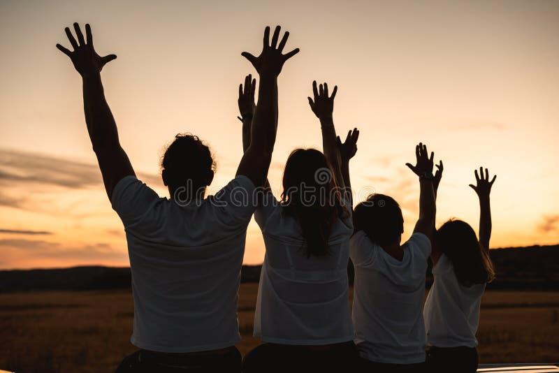 Familia feliz que se divierte y que sonríe al aire libre foto de archivo