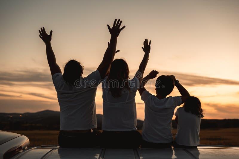 Familia feliz que se divierte y que sonríe al aire libre foto de archivo libre de regalías