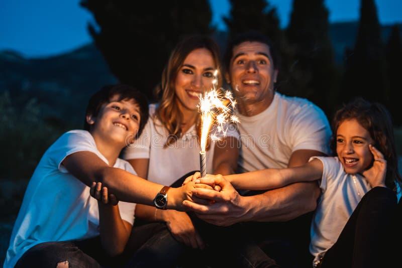 Familia feliz que se divierte y que sonríe al aire libre imagenes de archivo