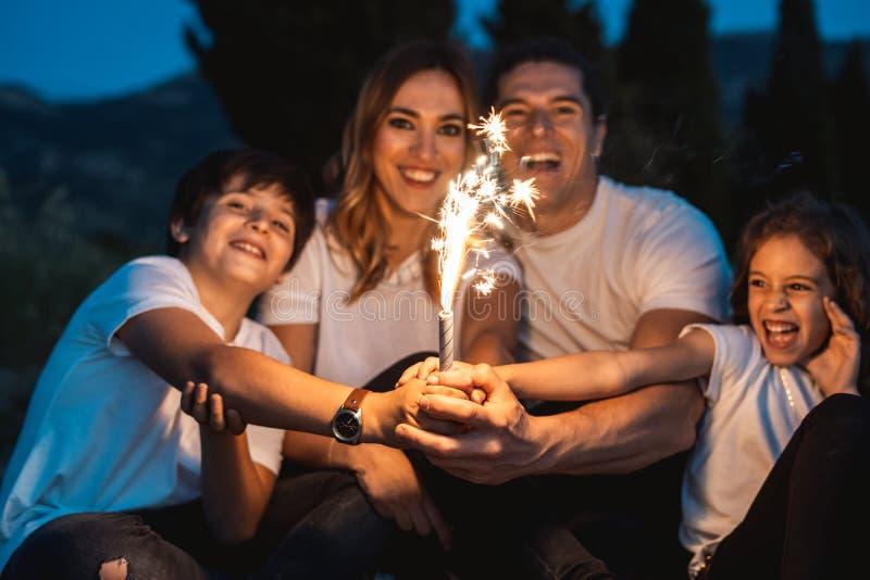 Familia feliz que se divierte y que sonríe al aire libre imagen de archivo libre de regalías