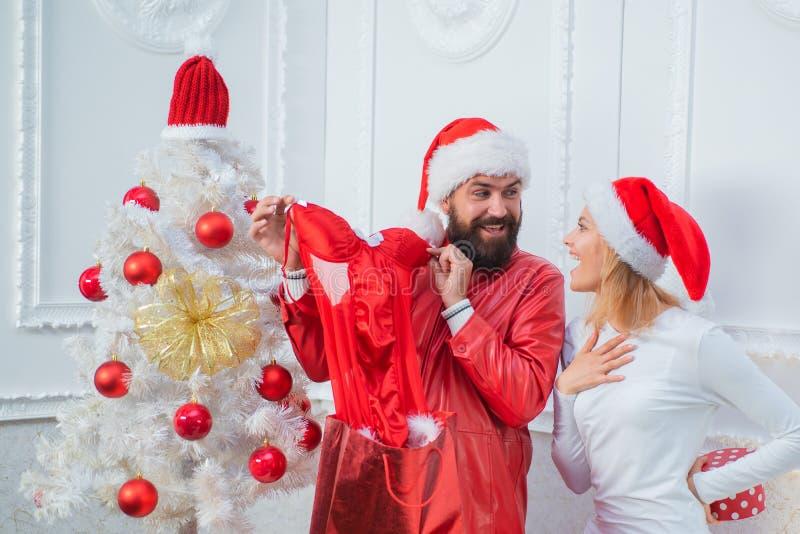 Familia feliz que se prepara al Año Nuevo Celebración de días festivos de la Navidad Ropa interior roja para las mujeres de la Na imagen de archivo