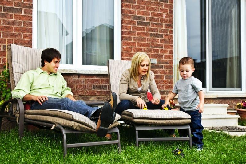 Familia feliz que se relaja en el país imagenes de archivo