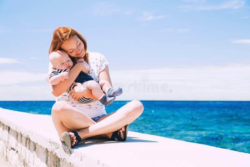 Familia feliz que se relaja por el mar imagen de archivo libre de regalías