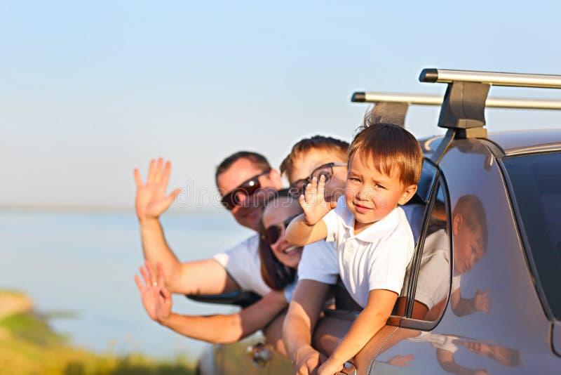 Familia feliz que se sienta en el coche imágenes de archivo libres de regalías