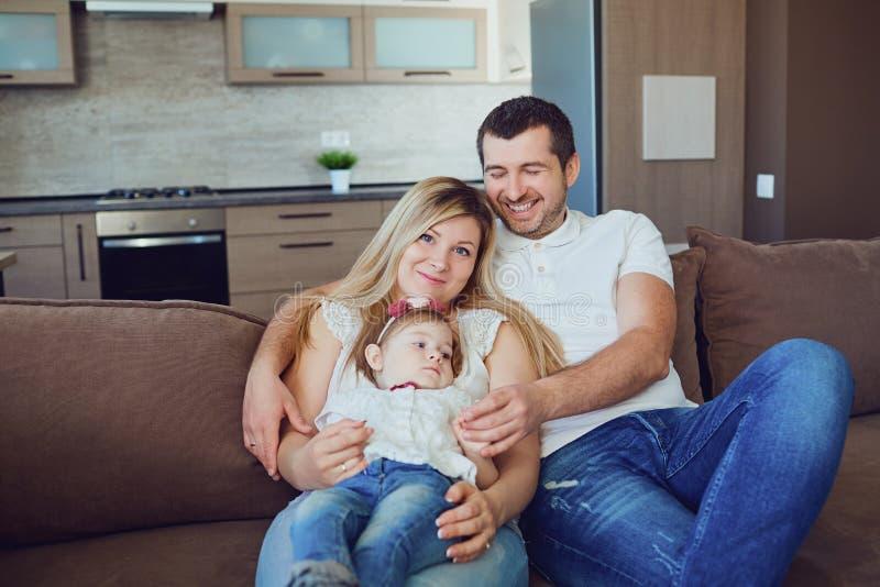 Familia feliz que sonríe en el cuarto fotos de archivo libres de regalías
