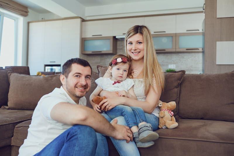 Familia feliz que sonríe en el cuarto fotos de archivo