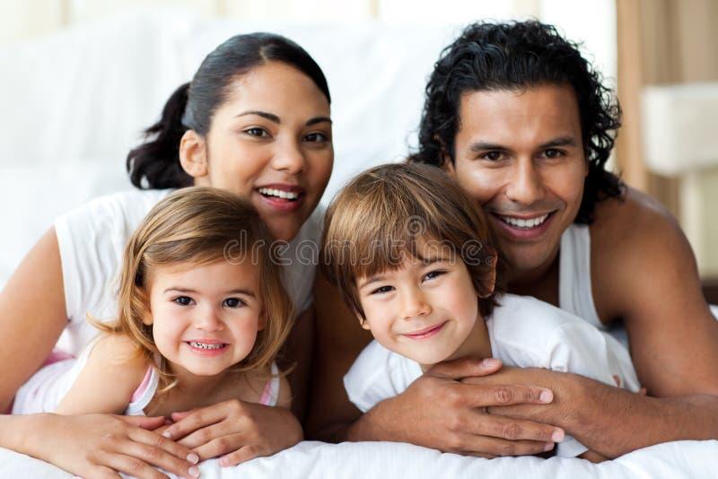 Familia feliz que sonríe en la cámara fotografía de archivo libre de regalías