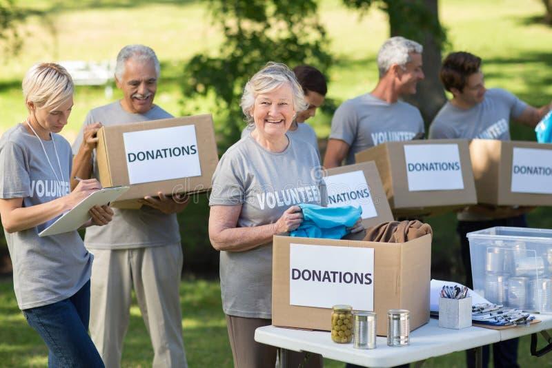 Familia feliz que sostiene las cajas de las donaciones fotos de archivo libres de regalías