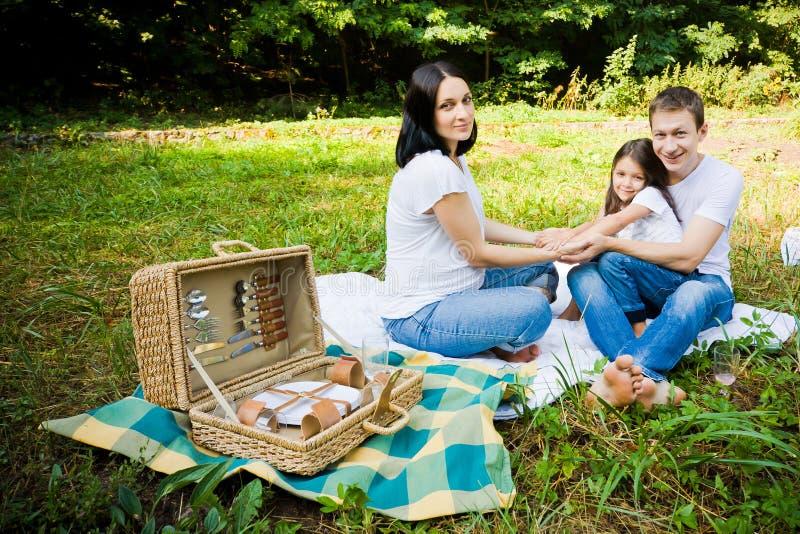 Familia feliz que tiene comida campestre fotos de archivo libres de regalías