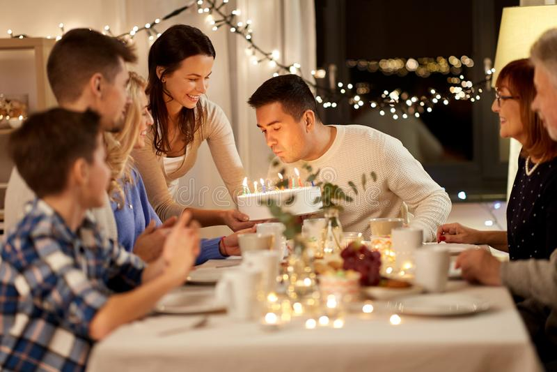 Familia feliz que tiene fiesta de cumplea?os en casa fotos de archivo libres de regalías