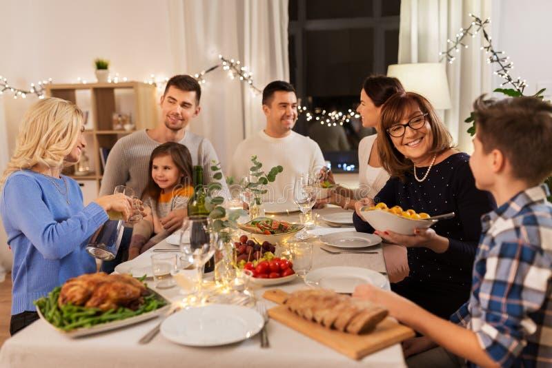 Familia feliz que tiene partido de cena en casa fotos de archivo