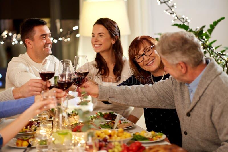 Familia feliz que tiene partido de cena en casa fotos de archivo libres de regalías