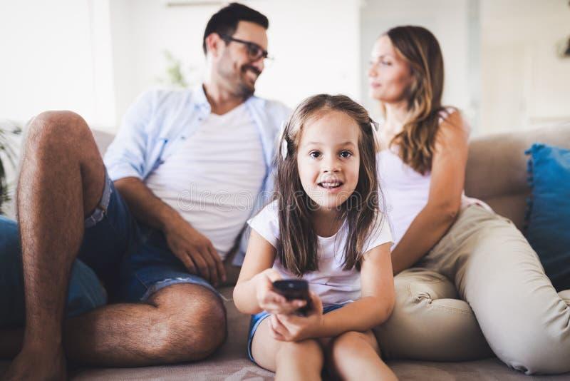 Familia feliz que tiene tiempo de la diversión en casa foto de archivo libre de regalías