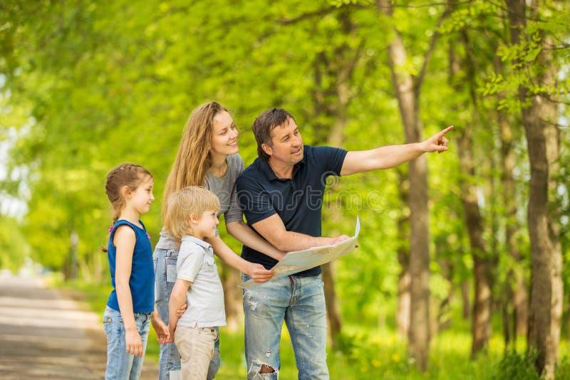 Familia feliz que tiene un resto al aire libre imagen de archivo libre de regalías