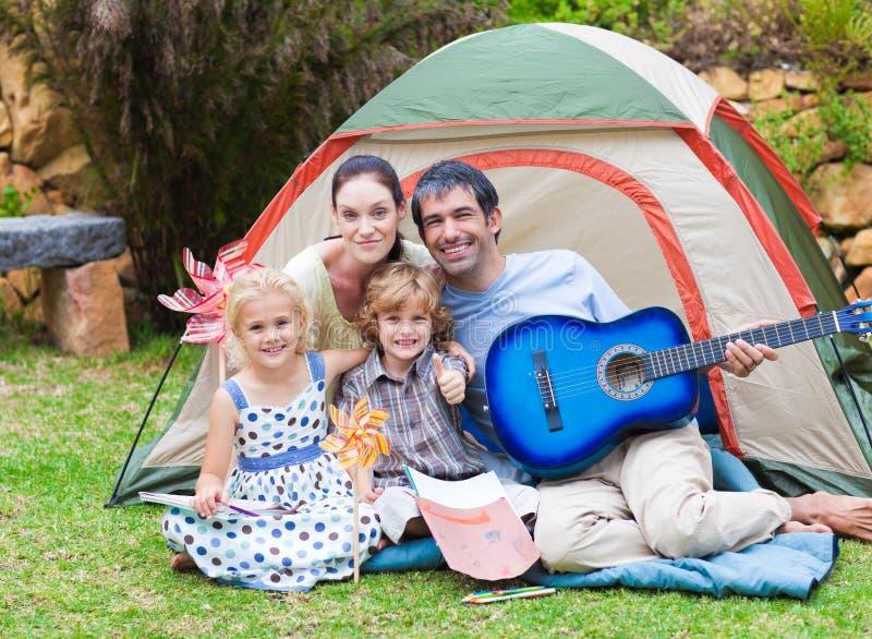 Familia feliz que toca una guitarra imagen de archivo libre de regalías