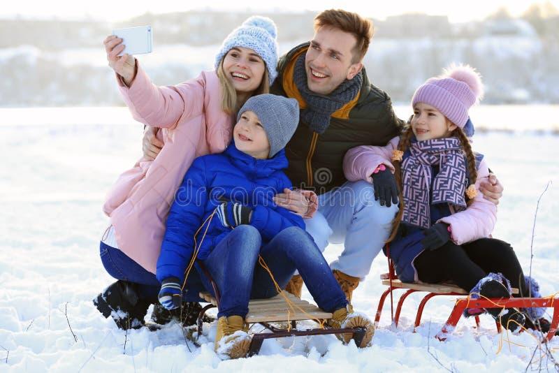 Familia feliz que toma el selfie al aire libre el día fotografía de archivo libre de regalías