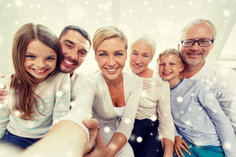 Familia feliz que toma el selfie en casa fotografía de archivo