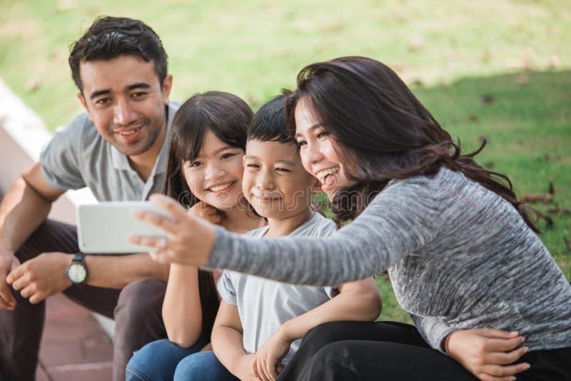 Familia feliz que toma el selfie junto imágenes de archivo libres de regalías