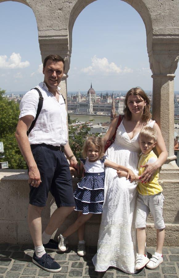 familia feliz que viaja con mirada sonriente de dos ni?os en la leva fotografía de archivo libre de regalías