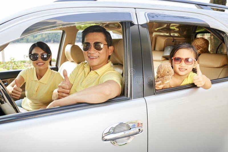Familia feliz que viaja en coche fotos de archivo