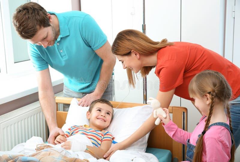 Familia feliz que visita a poco ni?o imagen de archivo libre de regalías