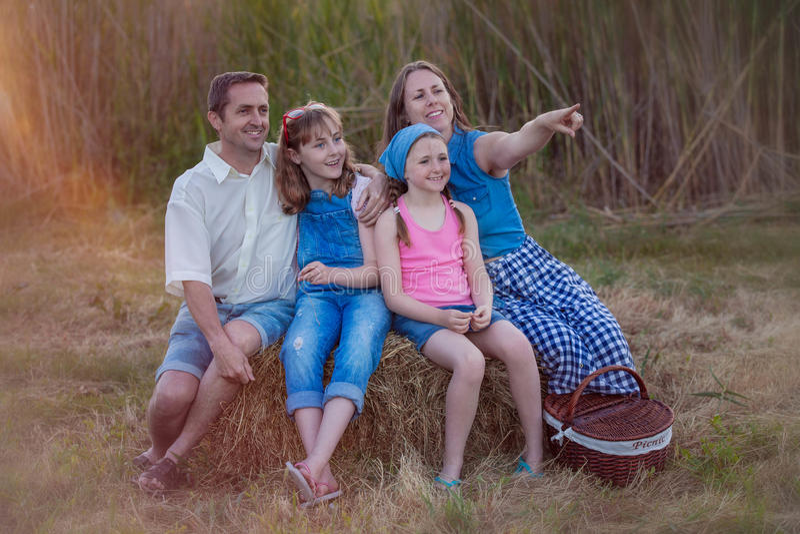 Familia feliz sana al aire libre en comida campestre del verano fotos de archivo