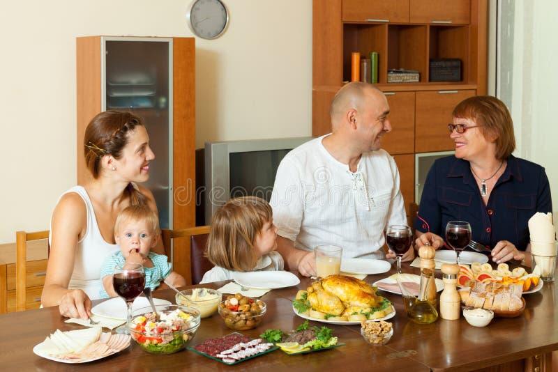 Familia feliz sobre la mesa de comedor imagen de archivo - El comedor de familia ...