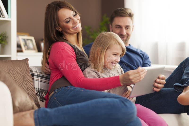 Familia feliz usando la tableta fotos de archivo