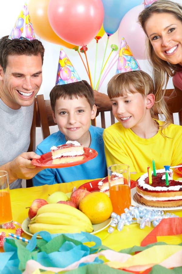 Familia feliz y cumpleaños imagen de archivo