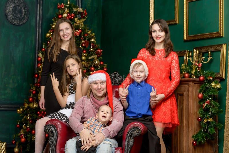 Familia grande de la familia grande el Nochebuena fotos de archivo libres de regalías