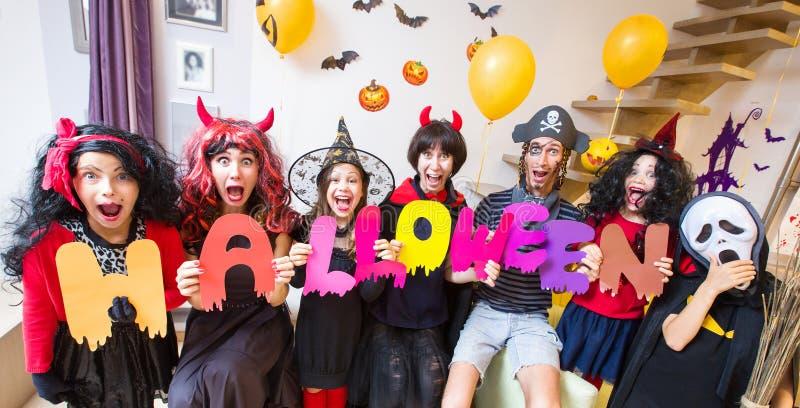 Familia grande en disfraces de Halloween imagen de archivo libre de regalías
