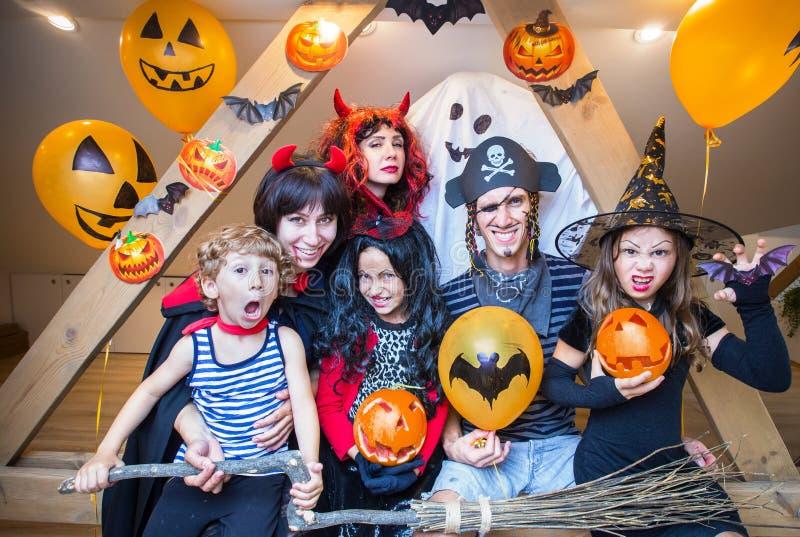 Familia grande en disfraces de Halloween fotos de archivo libres de regalías