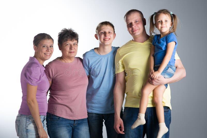 Familia grande en el estudio fotografía de archivo