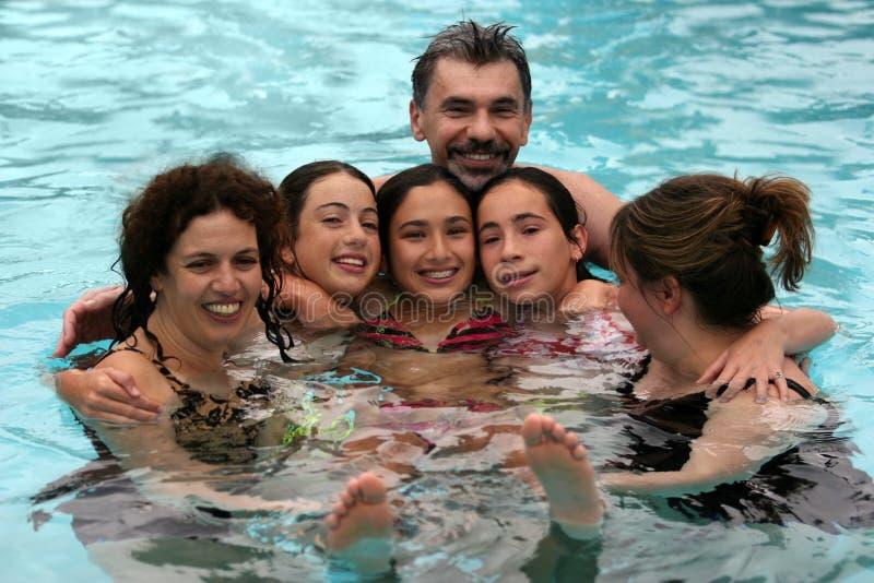 Familia grande en la piscina foto de archivo