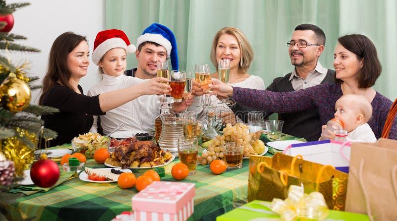 Familia grande junta que celebra la Navidad fotografía de archivo