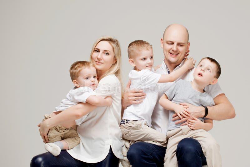 Familia grande y alegre, papá de la mamá y tres hijos imagenes de archivo