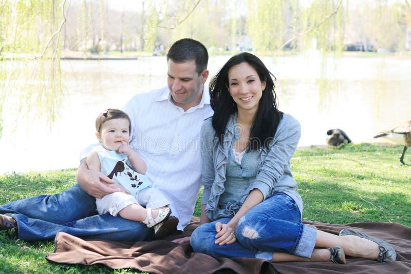 Familia hermosa que goza del parque fotos de archivo libres de regalías
