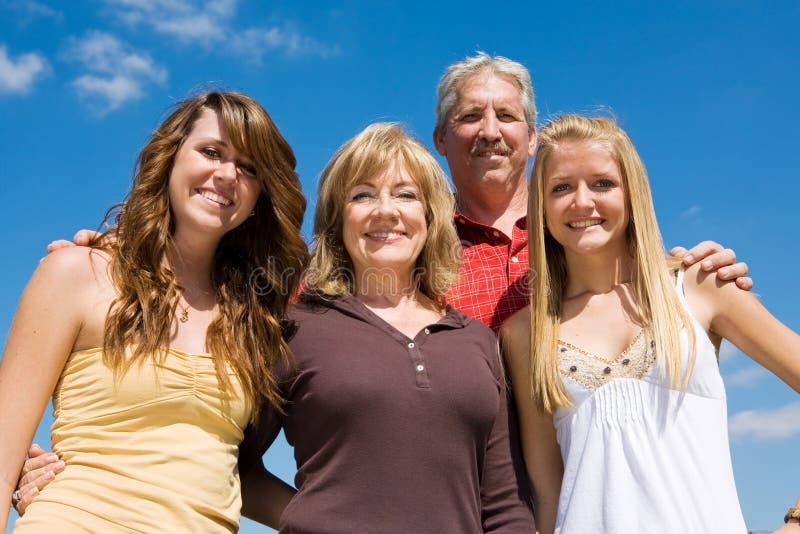 Familia hermosa y cielo azul foto de archivo