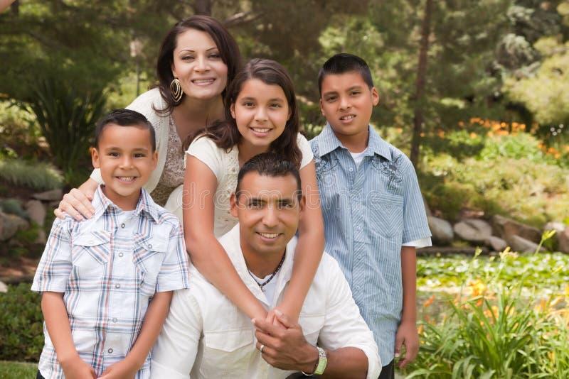 Familia hispánica feliz en el parque imagen de archivo libre de regalías