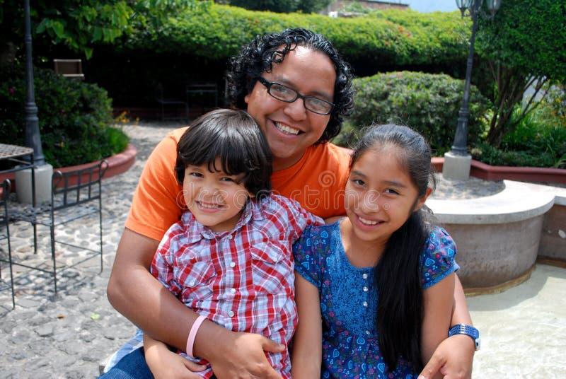 Familia hispánica linda fotografía de archivo