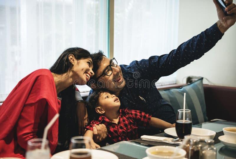 Familia india hacia fuera para la comida en restaurante fotografía de archivo libre de regalías