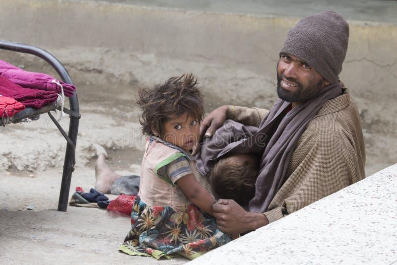 Familia india pobre del mendigo en la calle en Ladakh La India imagen de archivo