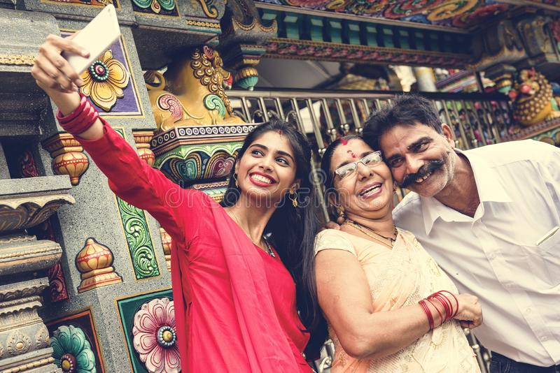 Familia india que pasa el tiempo junto imagen de archivo