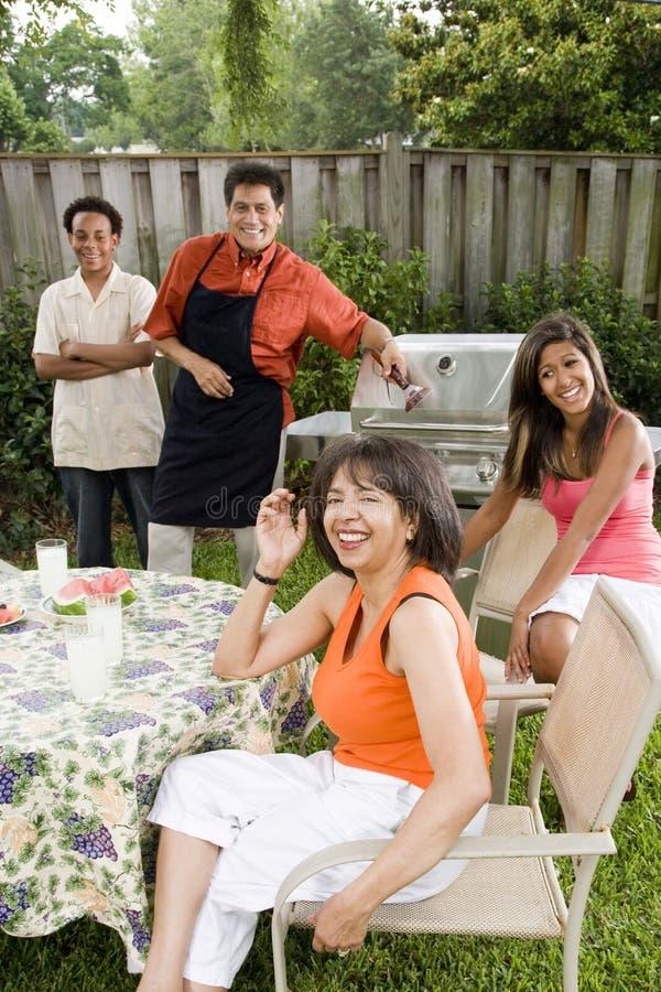 Familia interracial en patio trasero fotos de archivo