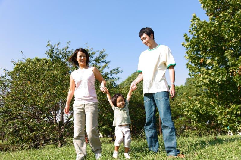 Familia japonesa en el parque fotografía de archivo libre de regalías